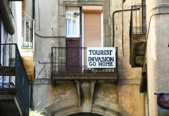 Risultati immagini per turisti sporcaccioni