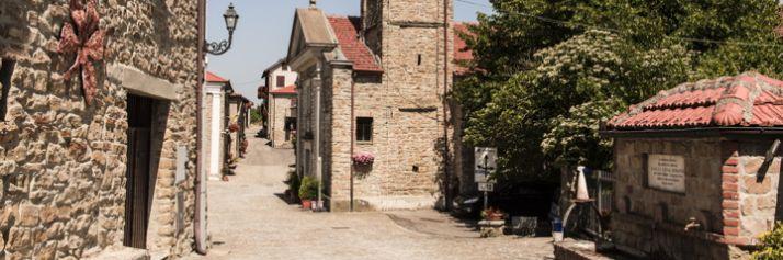 Il centro di Bergolo, con la chiesa di S. Maria Vergine