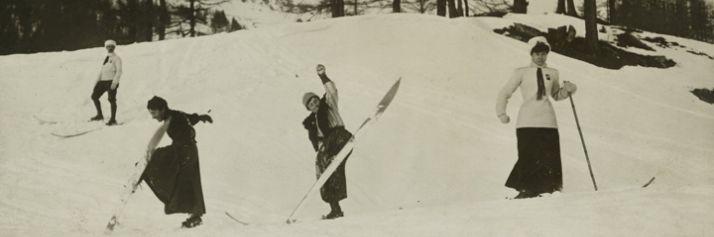 Donne con gli sci  a Chamonix durante una delle prime competizioni sciistiche. 1910