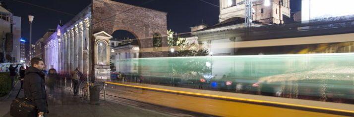 Il tram attraversa le colonne di San Lorenzo