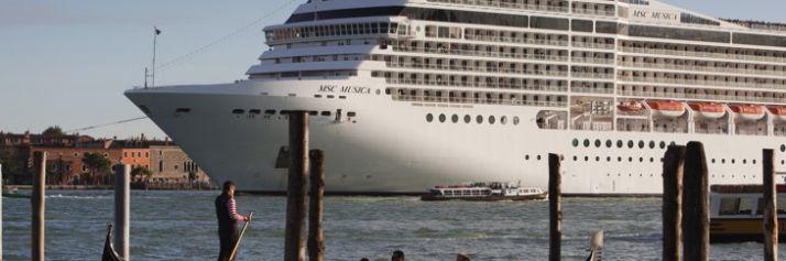 Una delle grandi navi da crociera a Venezia nel bacino di San Marco