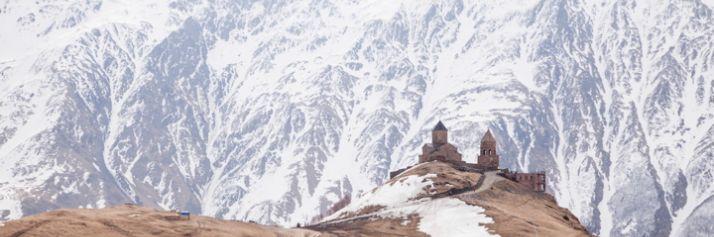 La chiesa della Trinità di Gergeti, al confine con la Russia